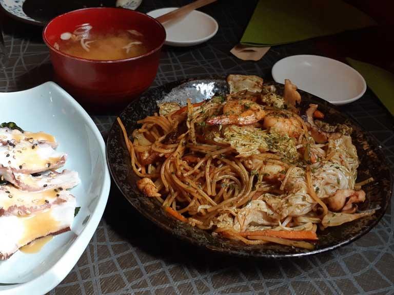 Noodles di pesce e verdure saltati