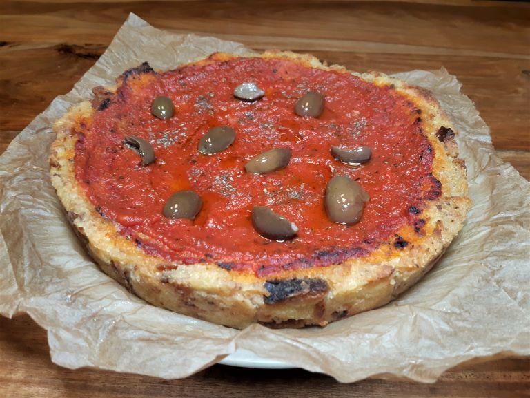 pizza di pane raffermo con pomodoro e olive